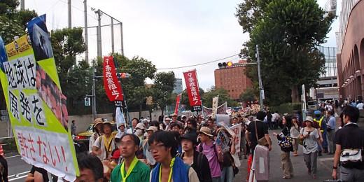 外苑前へと延々と続くデモの流れ(後ろの赤いビルは日本青年館)