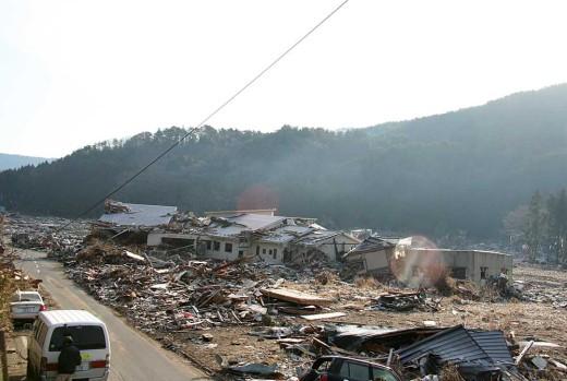 2011.03:石巻、峠道から雄勝町を望む、津波に洗われた一帯