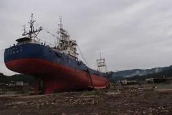 2011.08:気仙沼市、沿岸から市中へと打ち上げられたままの「第18共徳丸