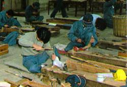 アテ台を前にしての訓練スナップ  松本技術専門校  朝日百科『日本の歴史』Vol.38より