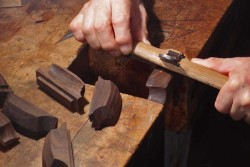 木製ハンドル(ローズウッド)の仕上げ切削
