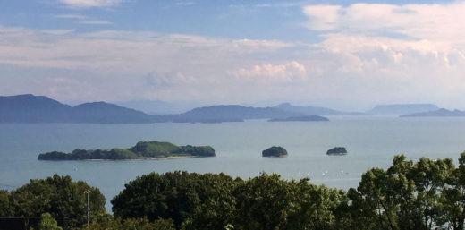 牛窓の海、手前は前島、後ろに小豆島、右上に屋島