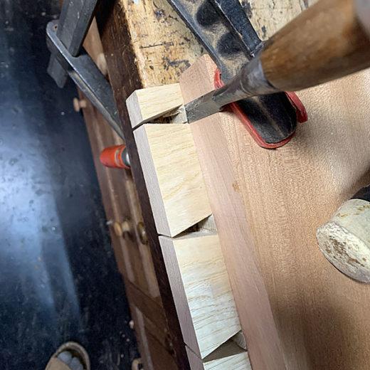 天秤差しの底の切削:第1段階はピンルーターで攫い、次ぎに手ノミで整える