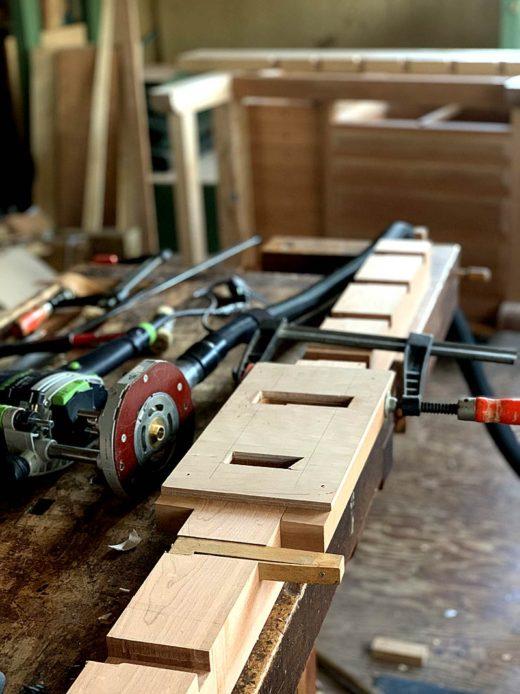 Work Top、一番手前のDog Holeの開孔工程(型板を用いてのルーター切削)