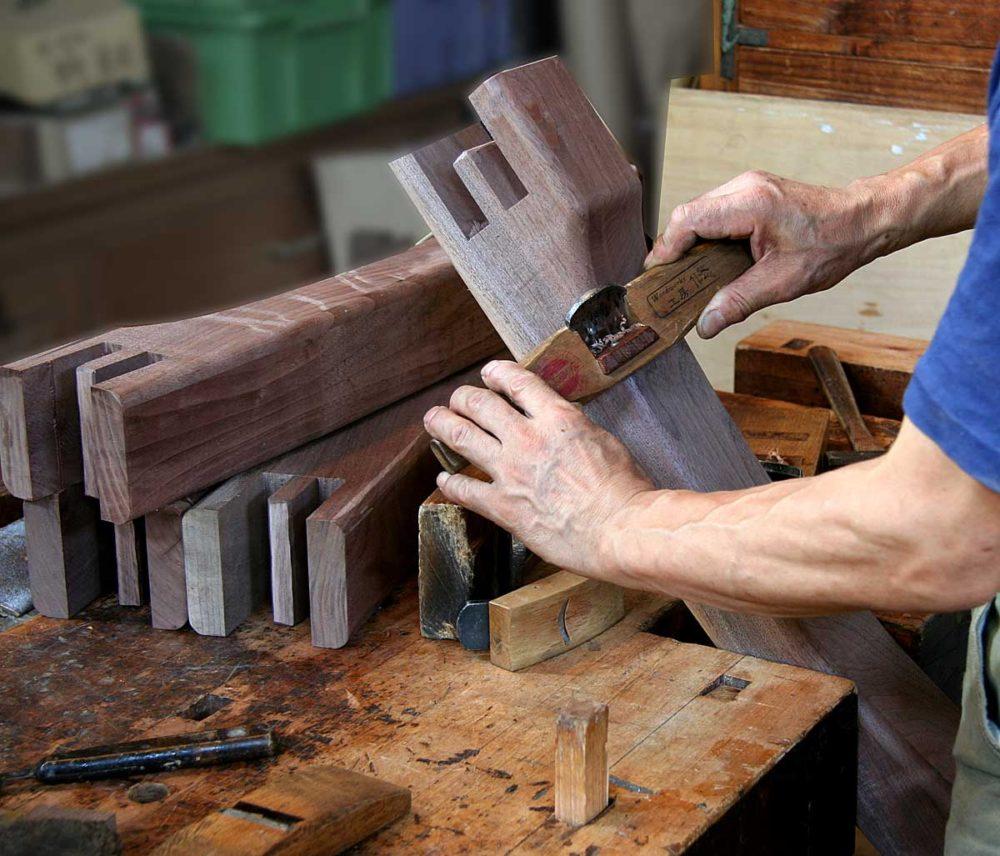 成形加工されたブラックウォールナット材の脚部の仕上げ削り