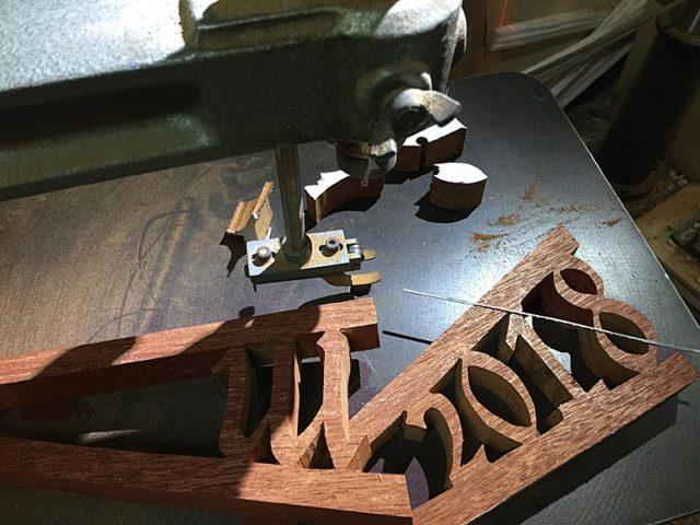 書見台脚部、竣工年などを透かし彫り